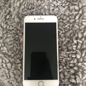 säljer nu min iphone 7+ pga att jag inte har anvöndning till den mer då jag har fått en ny mobil. Mobilen är i toppen stick, inga sprickor eller ngt, precis som i ny stick. Batterihälsan är 99% och det är inget fel på mobilens funktion. Skriv till mig för intresse och info💕 står inte för postens strul!