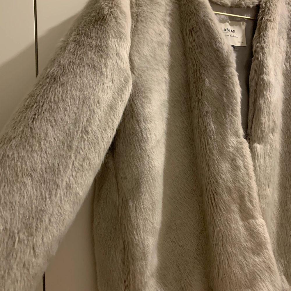 En ljusgrå fuskpälsjacka från Pull & Bear, superfin! Den är i en lite kortare modell och har hakar som stänger jackan 💕✨ Jättemysig verkligen! Fri frakt ❤️. Jackor.