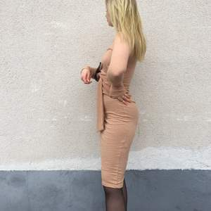 """Vårens snyggaste ribbade klänning från Nelly. Knappt använd så är som ny! Sitter jättesnyggt på!🤍 beige fin färg med ett """"bälte"""" som man kan spänna eller knyta🧡"""