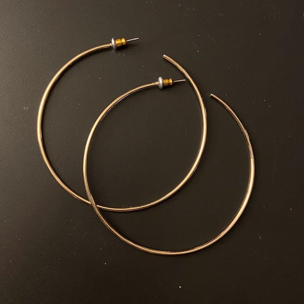 Fina runda guldörhängen som aldrig är använda. Frakt är inkluderat i priset. 💞. Accessoarer.