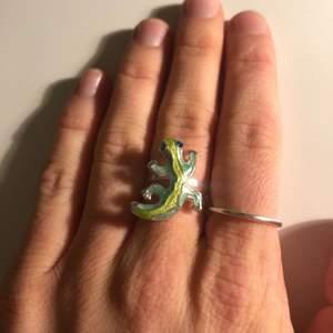 Superfin & ball ring med en ödla! Är även en sån som går att reglera storleken på!! 🦎 Inte säker men jag tror det är någon form av silver-täcke på, färgar iaf inte av sig.