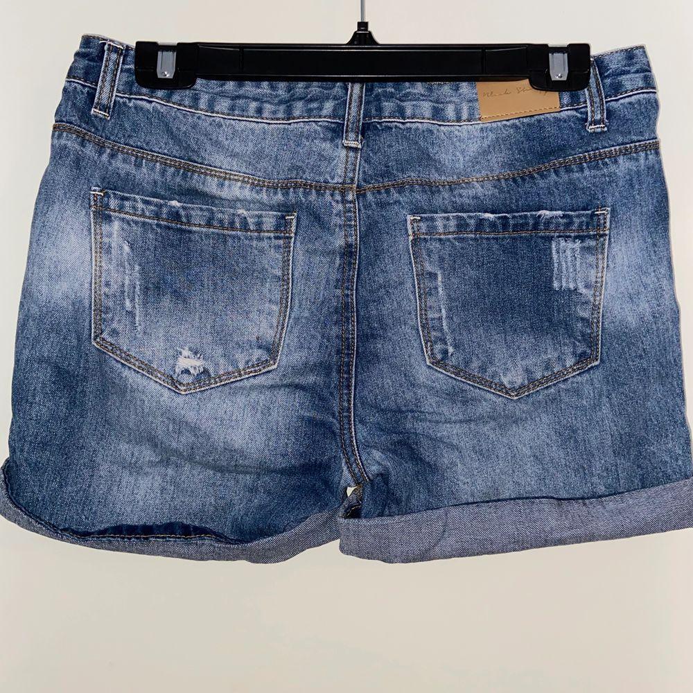 Jeansshorts med slitningar från Ullared. Använd ett fåtal gånger så i fint skick.. Shorts.