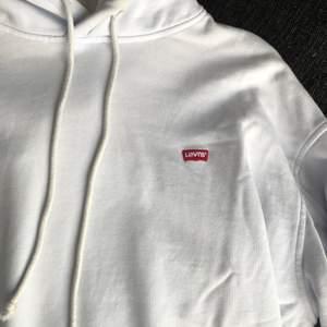 Ljusblå Levis hoodie,strl XS men passar oversized. Supersnygg och basis med den lilla loggan. 200kr och köparen betalar frakt!