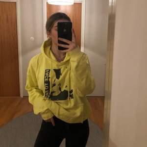 Riktigt ball gul hoodie med tryck. Väldigt skön och är i bra skick. Från carlings. Frakt ingår i priset.