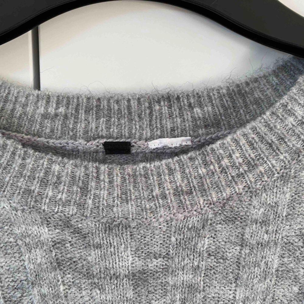 Två stickade tröjor som knappt är använda. Mycket fint skick. Tyvärr saknas kraglapparna. 90kr för båda eller 50kr st.  Köpare står för frakt . Stickat.
