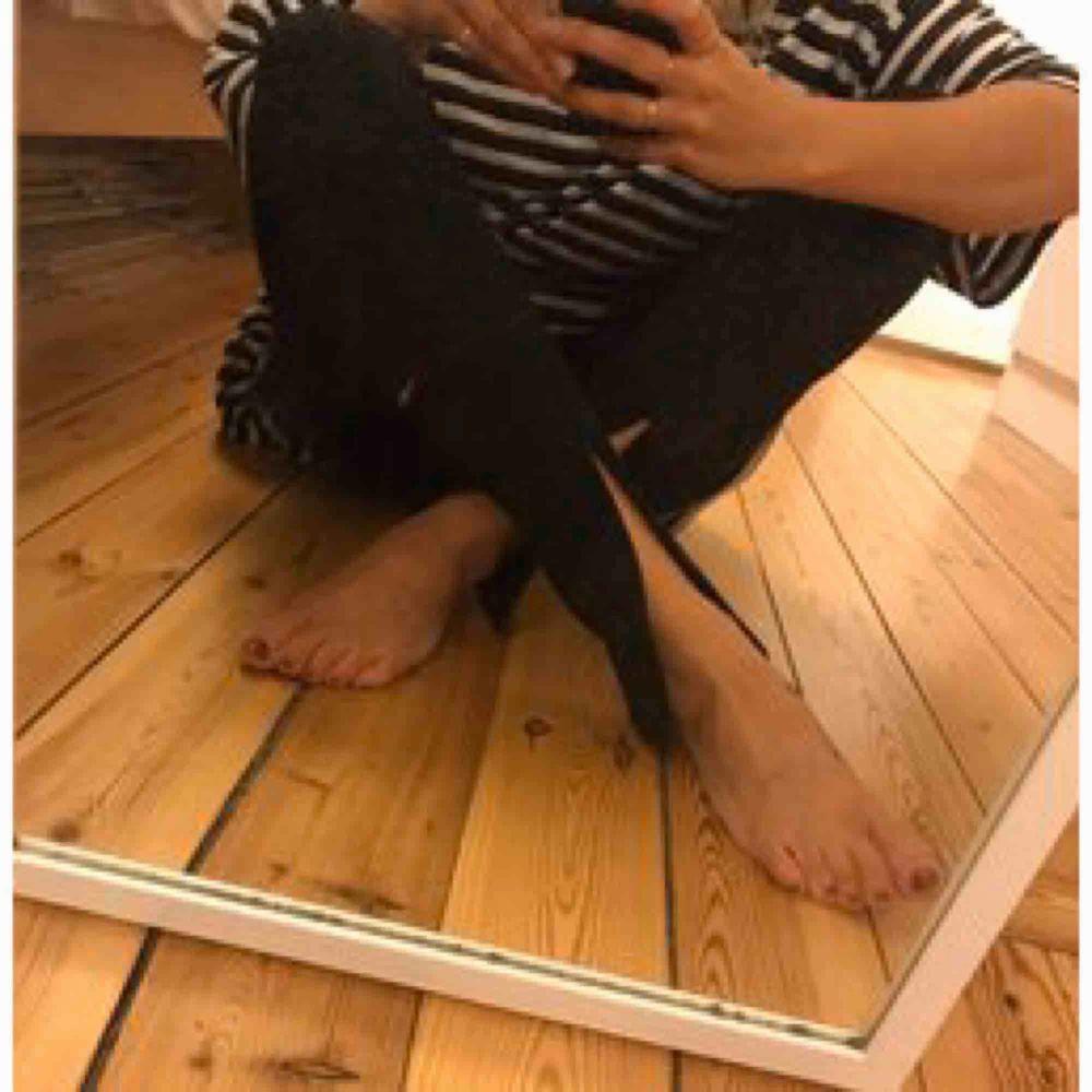 Slutsålda Sharon-byxor med slits fram fr Weekday. Strl 36 men passa också typ 38 pga mkt stretch.   Köpare står för frakt. Jeans & Byxor.