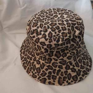 Leopard buckethat, skitsnygg och väldigt fint skick då den bara är använd ca 3 gånger !