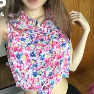 färgglad sommrig skjorta med blommor, köpt på barnavdelningen så den är stl 154 men passar som en xs