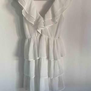 Så fin vit klänning, funkar till student, skolavslutning, konfirmation och mycket annat. Använd en gång
