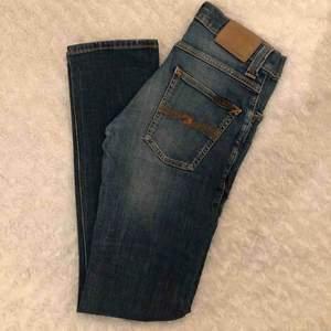 Super super fina jeans från märket Nudie! Dom är i väldigt gott skick! Modellen är i smal, rak passform.