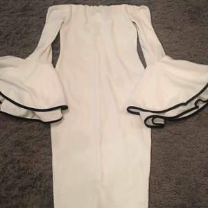 En vit klänning från Bohoo med off the shoulder. Har aldrig använt den. Den är Storlek S.