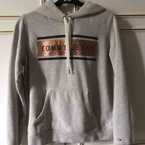 Snygg Hoodie från Tommy jeans. Inte mycket använd  så i väldigt bra skick. Står Stl M men är mer som en S. Nypris: 1199kr