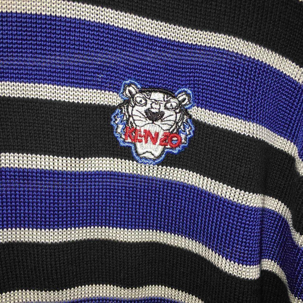 En kenzo tröja inköpt för ett år sedan. Frakt ingår i priset! Använd fåtal gånger och är i nyskick. . Toppar.