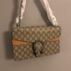 ⭐️Säljer denna otroligt stilrena och snygga väska som är en kopia av en från märket Gucci⭐️ aldrig använd! BUDA ELLER SKRIV PRIVAT!