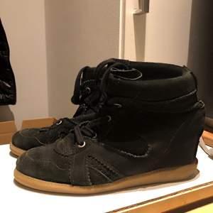 Säljer ett par svarta pavement skor i storlek 38!!