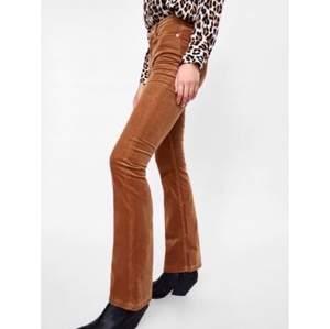 Orange-bruna utsvängda byxor i manchester från Zara. Gott skick förutom litet hål i en ögla där man har skärpet! Nypris: 300-400kr. Passar XS/S och ca.165cm.🤍
