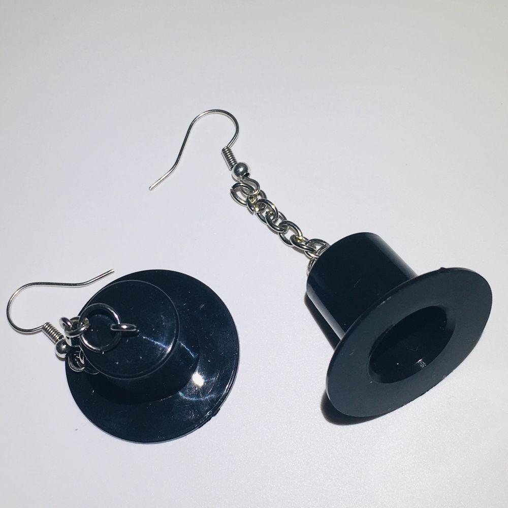 hattörhängen i en kedja, örhängena är helt nickelfria och oanvända, rengörs innan de skickas. 50kr + 11kr frakt eller 2 par för 100kr. hör av dig om du är intresserad eller bara undrar något💗. Accessoarer.