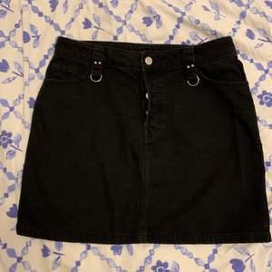 En riktig fin och stilren jeanskjol från H&M! Den har tyvärr blivit lite för stor för mig och kommer därför inte till användning.