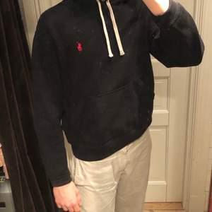 En Svart Ralph Lauren hoodie som inte har används på ett tag, snygg och clean men passar tyvärr inte mig längre