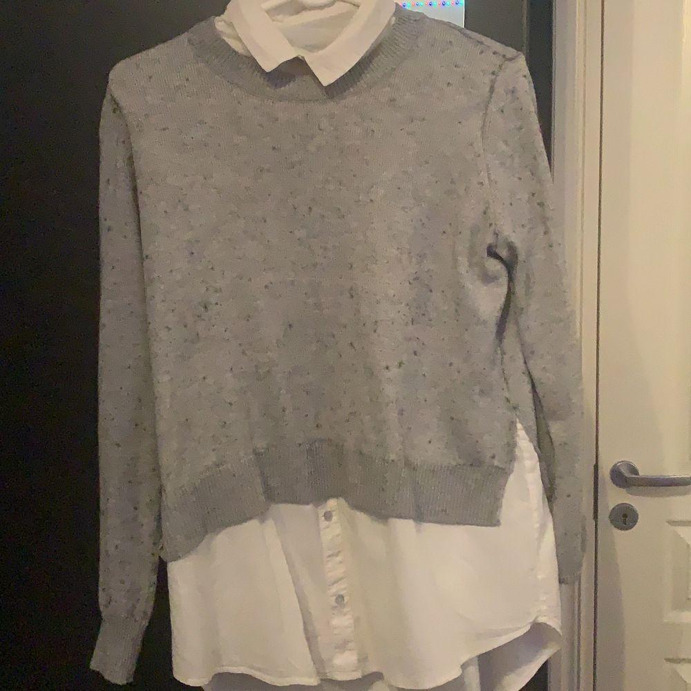 """Säljer denna gråa tröjan med vita detaljer. Det är inte en hel skjorta under, bara som du ser på bilden. Som ni kan se på bilderna är den lite """"knottrig"""", men går att ta bort. Säljer även en till liknande skjorta🥳 frakt 63kr.. Blusar."""