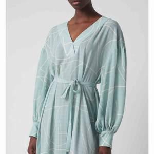 Fin klänning från MQ. Använd en gång. Stl. L men jag är egentligen en M, oversized. Fint skick! Knyte i midjan. Ord. pris 899:-.