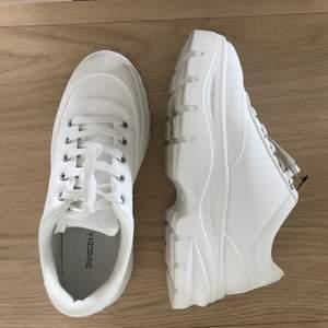 Helt oanvända platå sneakers från DIVIDED h&m i slt 37. Prislappen är kvar. Säljes pga av att jag har alldeles för mycket skor. Ord pris 349kr. Frakt tillkommer.