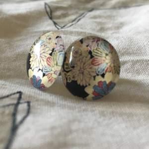 Blommiga örhängen från Japan, köpare står för frakt