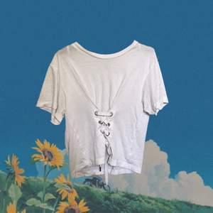 En vit korsett t-shirt den monki, ursprungspris 100kr, bra skick förutom att märkeslappen har lossnat, frakt ingår ej