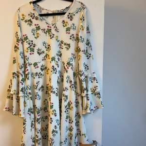 Skit snygg blommig klänning ifrån Chiquelle! Aldrig använd. Frakt tillkommer