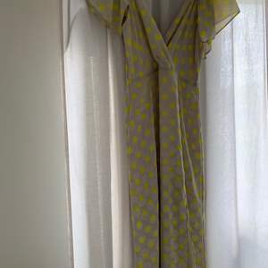 En prickig klänning från Zara med slits nertill.  Inte så väl använd och är i bra skick! Storlek 36 och frakt tillkommer