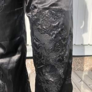"""Säljer mina super snygga svarta """"jeans"""" med ett drak mönster på ena benet"""