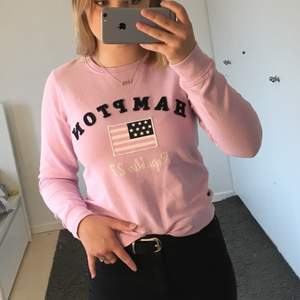 Supersöt rosa sweatshirt! Endast använd ett fåtal gånger så den är i bra skick.