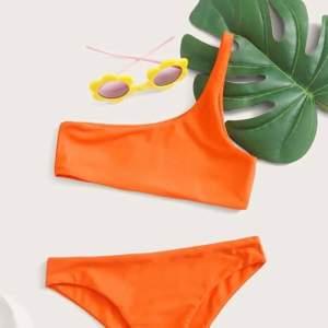 Säljer denna sjukt snygga bikini överdelen då den tyvärr var för liten för mig, sjukt snygg neon-orange färg och perfekt nu när man är brun, säljes för 55kr + frakt🧡