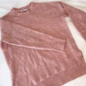 En mysig och fin tröja från Gina tricot som är rosa med lite inslag av lila. Tröjan är i storlek M och är lite oversized. Den har även en slits på sidan och lite längre baktill. Passar perfekt till hösten ☺️ Tröjan är använd ett fåtal gånger.