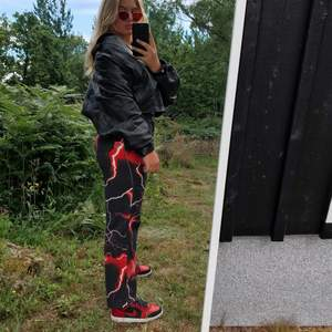 SNYGGASTE jeansen som tyvärr är något små så säljer vidare. De är i W30 HERRSTORLEK. Men sitter lika fint på tjejer!! Skulle säga att de är true to size. Aldrig använda mer än på bilden, tags och sånt är kvar. Köpare står för frakt!