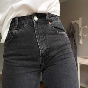 Ett par väldigt fina jeans som endast är använda ett fåtal ggr vilket gör att de är i väldigt bra skick. Säljs pga att de är för små på mig vilket gör att de ser ut att vara slim men är meningen att de ska vara mom-jeans🥰🥰🥰
