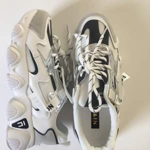 Snygga skor från Shein i storlek 39. Aldrig använt, kommer i originallåda. Säljer för de va en aning för stora. Nypris 249kr