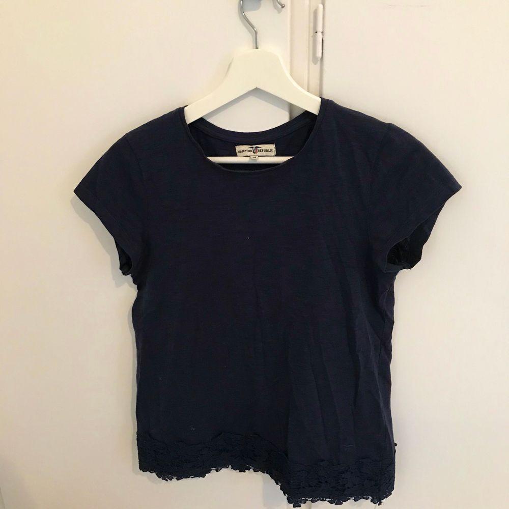 En jättefin marinblå T-shirt från hampton republic. I storlek 158-164 men ungefär en Xs-S. Frakt tillkommer som köparen står för. Priset går att diskutera. Vid frågor så är det bara att höra av sig.. T-shirts.
