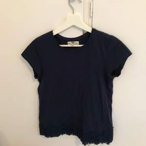 En jättefin marinblå T-shirt från hampton republic. I storlek 158-164 men ungefär en Xs-S. Frakt tillkommer som köparen står för. Priset går att diskutera. Vid frågor så är det bara att höra av sig.