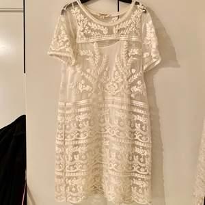 Jag säljer en vit spetsklänning med en vit underklänning under. Den är endast använd en gång och nu blir den bara hängande därför tänkte jag sälja den. Den är från Ralph Laurens märke denim & supply. Säljer den för 300kr 💕
