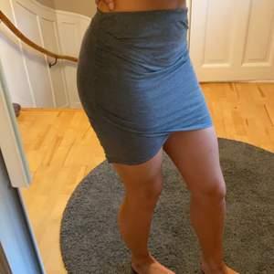 En tight fold over kjol i fin modell från NELLY. Perfekt passform som blir längre baktill för en snygg och praktisk kjol. ORGINALPRIS: 299kr                                           PRISET ÄR FÖRHANDLINGSBART!!!!