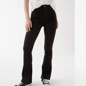 Säljer dehär svarta bootcut jeansen som är ifrån ginatrocot. Köpta för 399kr. Andvända typ 2 gånger så är väldigt bra skick. Köparen står för frakten.🥰