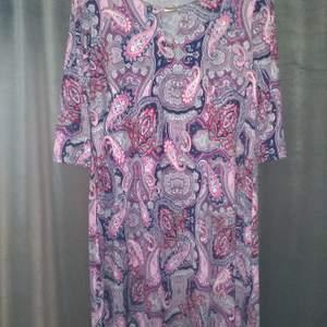 Snygg skön klänning i behagligt stretschmaterial. Frakt tillkommer