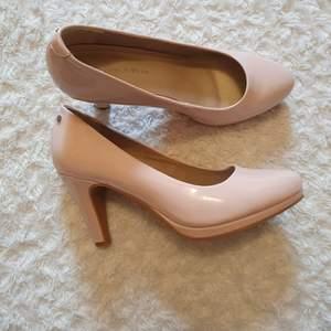 Endast använda en gång! Blanka klackar i en rosa/beige färg från din sko 💕 Klacken är ungefär 8 cm! Köparen står för frakten