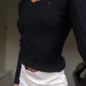 Marinblå kabelstickad tröja från Tommy Hilfiger i storleken XXS/XS. Använd ett fåtal gånger, köpare står för fraktkostnad.