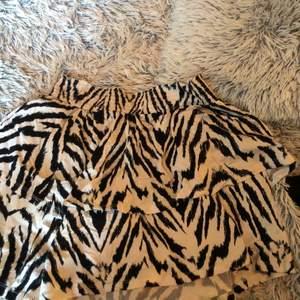 En volang kjol i svart och vit använd ca 10 gånger