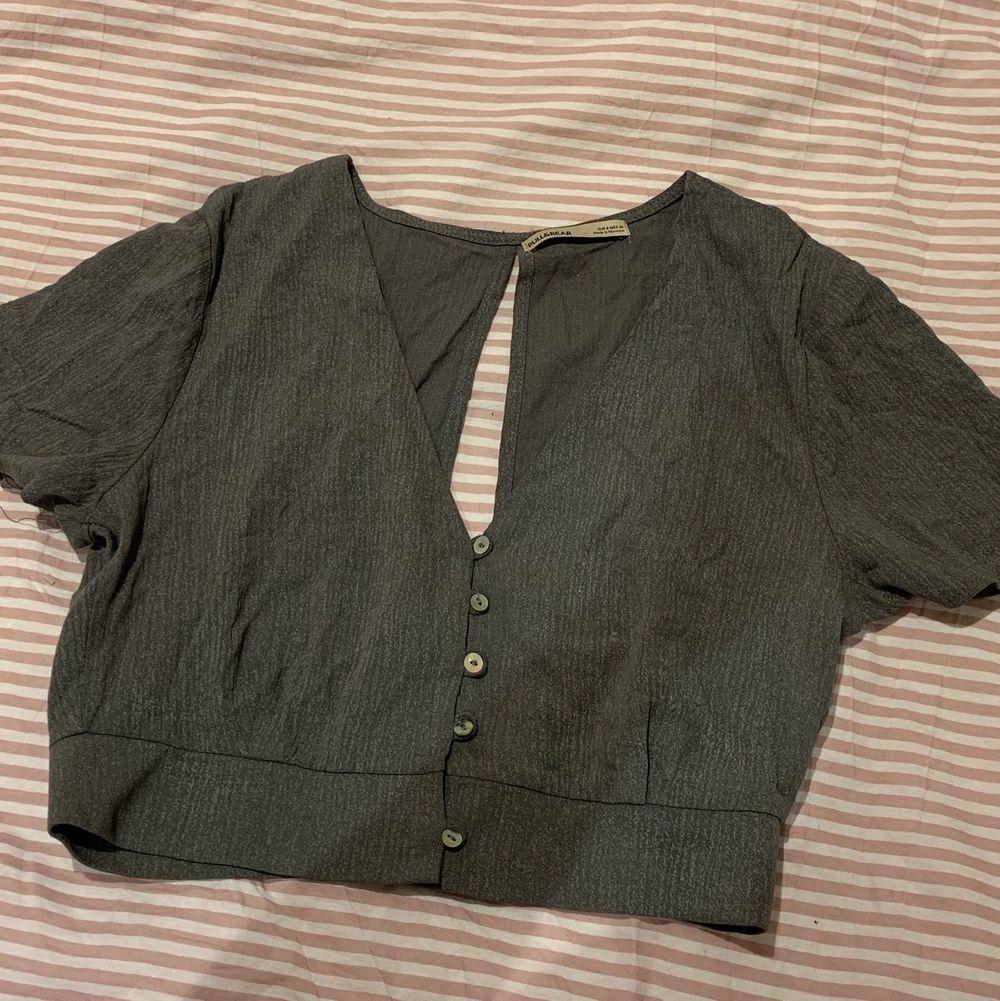 Jättesöt kort grå blus från pull&bear, köpte den för ca över ett halvår sedan men har inte kommit till användning så den är som ny! Liten i passform, fungerar till både formella och avslappnade sammanhang :). Blusar.