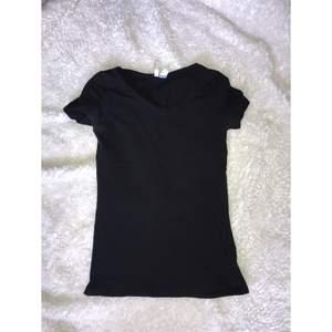 Vanlig svart t-shirt. Säljer pga att jag har flera. Passar xs/s. Frakt tillkommer.