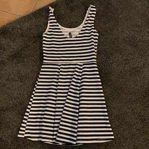 En vit blå randig klänning perfekt till sommaren (kan visa bild på om det önskas)