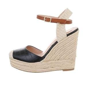 Hej! Jag säljer helt nya skor i box. Made in EU. Jag har många fler modeller som sandaler, klackskor, sneakers i storlek 36-41. Du kan jätte gärna skriva till mig om du vill veta om fler modeller. (DENNA MODELL FINNS I OLIKA FÄRGER, KOLLA I MIN SIDA)